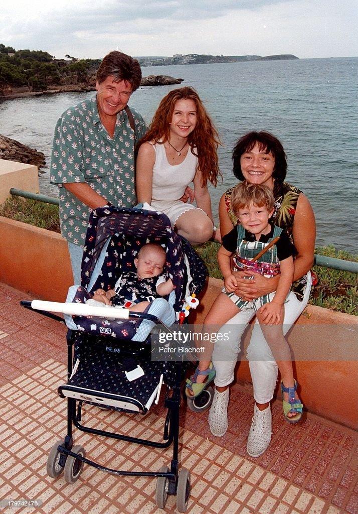 Egon Wellenbrink mit Ehefrau Lisa, Töchter Susanna und Clarissa, : News Photo