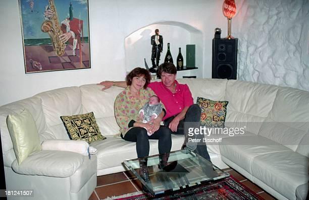 Egon Wellenbrink mit Ehefrau Lisa und Tochter Clarissa Mallorca Spanien Wohnzimmer Musiker Schauspieler Homestory Vater Mutter Ehemann Familie Promis...