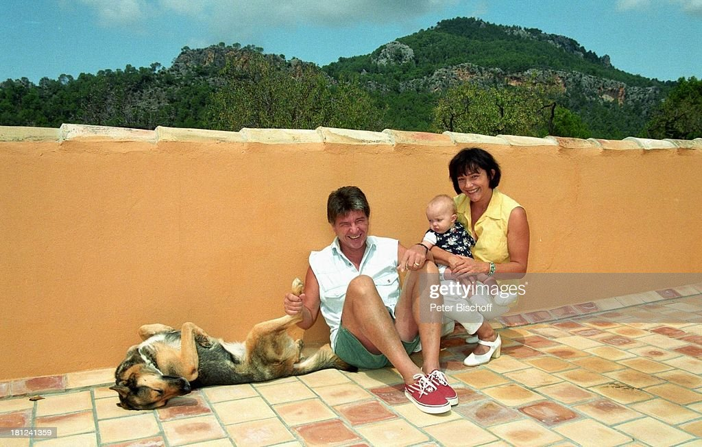 Egon Wellenbrink mit Schäferhündin 'Anna', Ehefrau Lisa mit Toch : News Photo