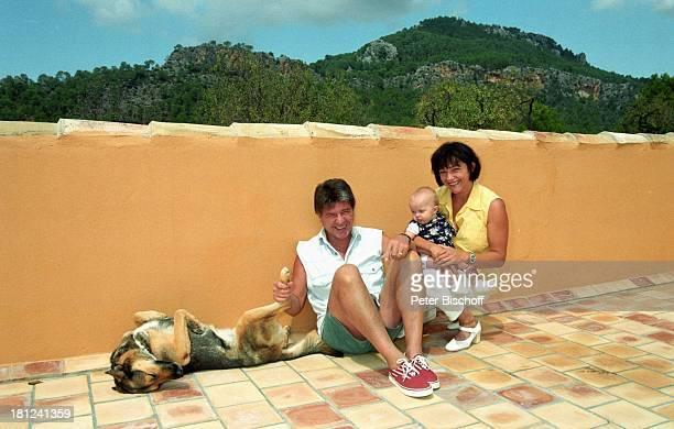 Egon Wellenbrink mit Schäferhündin Anna Ehefrau Lisa mit Tochter Clarissa Mallorca Spanien Musiker Schauspieler Hund Tier Homestory Ehemann Vater...