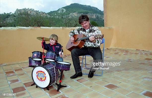 Egon Wellenbrink mit Sohn Nico Mallorca Spanien Musiker Schauspieler Gitarre Schlagzeug Vater Familie Homestory Promis Prominente Prominenter