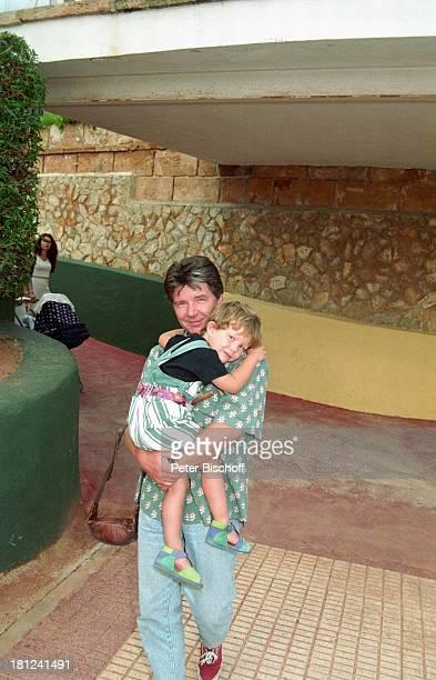 Egon Wellenbrink mit Sohn Nico Mallorca Spanien Musiker Schauspieler Homestory Vater Familie Promis Prominente Prominenter