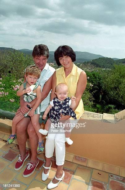 Egon Wellenbrink mit Sohn Nico Ehefrau Lisa mit Tochter Clarissa Mallorca Spanien Musiker Schauspieler Vater Mutter Familie Homestory Promis...
