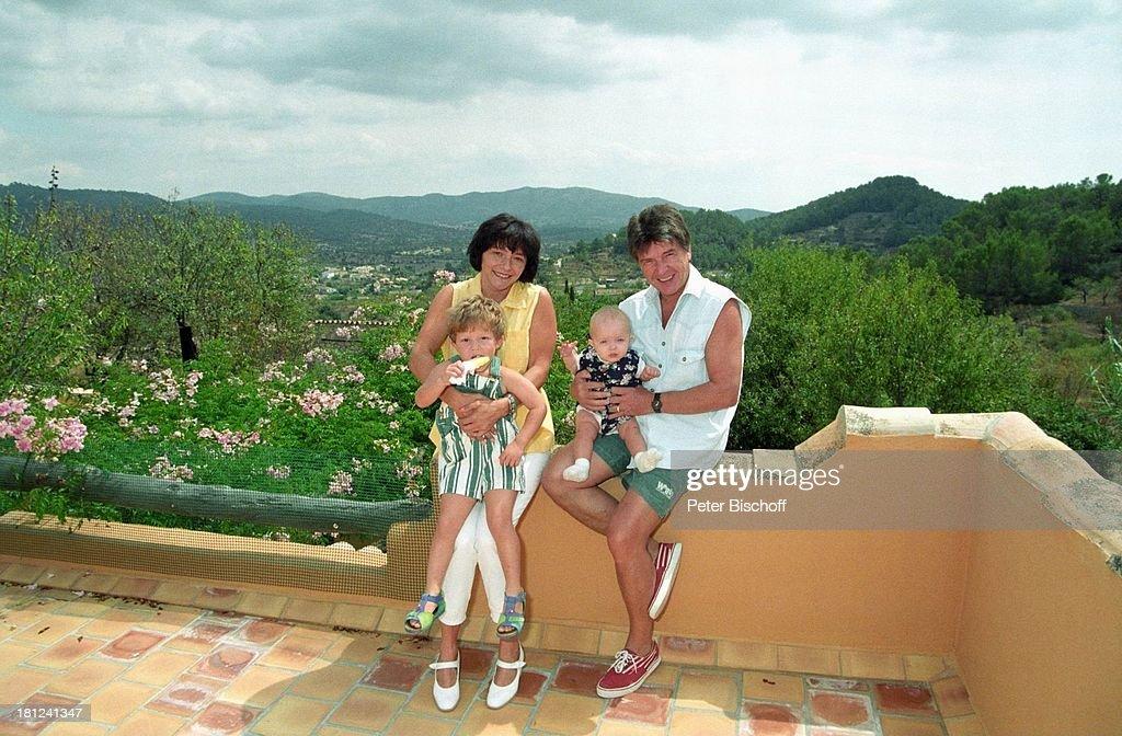 Egon Wellenbrink mit Tochter Clarissa (r.), Ehefrau Lisa mit Soh : News Photo