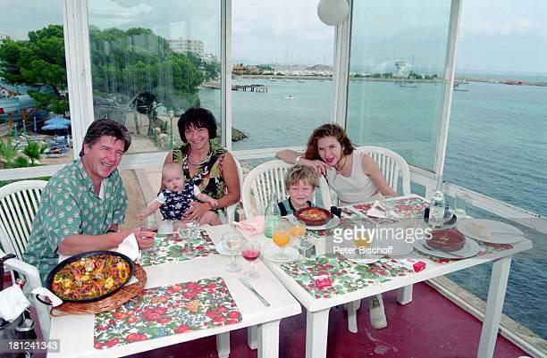 Egon Wellenbrink Tochter Clarissa Ehefrau Lisa Sohn Nico Tochter Susanna Mallorca Spanien Musiker Schauspieler Vater Mutter Familie Homestory Promis...