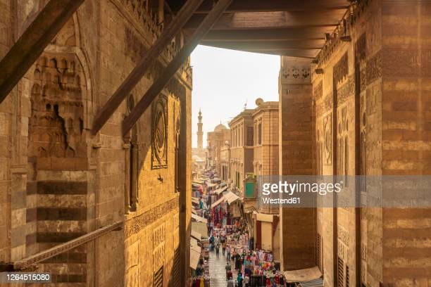 egypt, cairo governorate, cairo, historic market along al-muizz li-din allah al-fatimi street - egipto fotografías e imágenes de stock