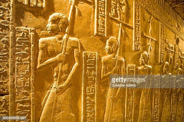 egypt, denderah temple, built 54-29 bc to goddess hathor, hieroglyphs - tempelcomplex van dendera stockfoto's en -beelden