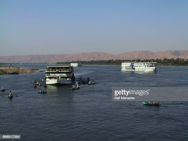 Egipto Esna. Nilo cruceros rodeado de mercado flotante.