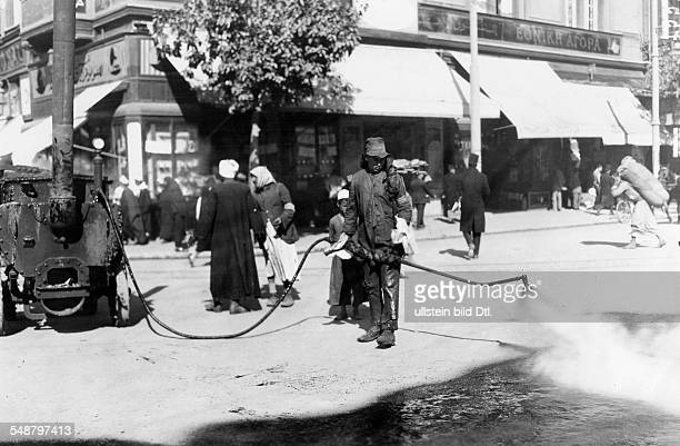 Egypt : fortification of streets, spraying boiling tar on the street to fix the dust - 1929 - Photographer: Frankl - Vintage property of ullstein bild
