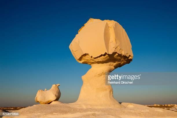 egypt, libyan desert, sunset in white desert national park - geologia foto e immagini stock