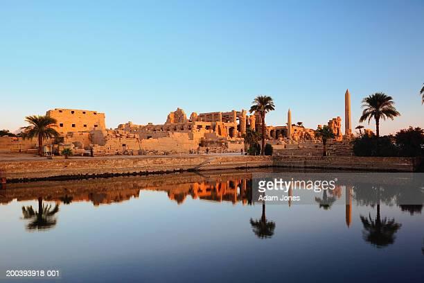 egypt, luxor, nile river, karnak temple reflecting on sacred lake - karnak fotografías e imágenes de stock
