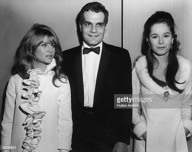 Egyptian actor Omar Sharif flanked by British actor Julie Christie and American actor Geraldine Chaplin at the premiere of British director David...
