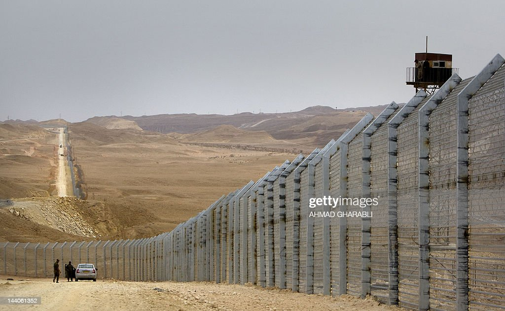 Egyptian border guards (R) observe from  : News Photo