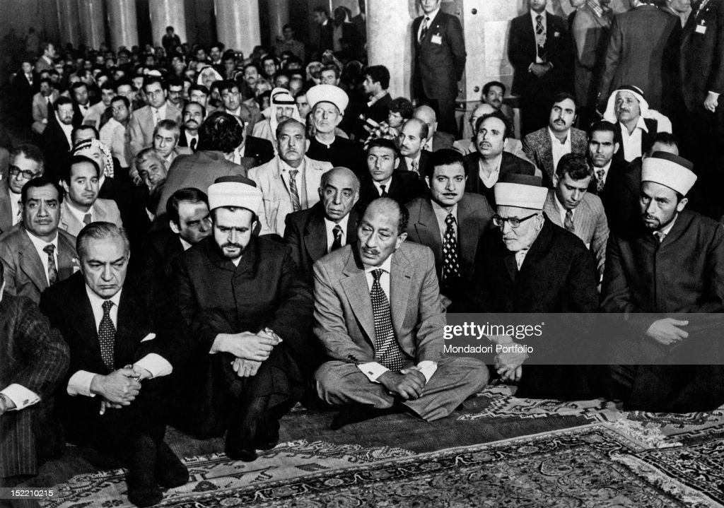 Anwar Sadat visiting the Al-Aqsa Mosque : News Photo