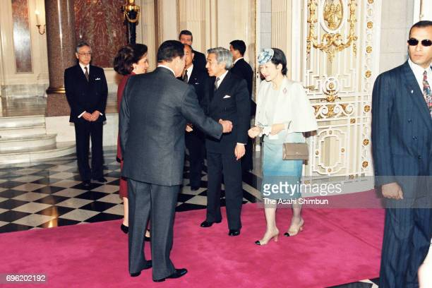 Egyptian President Hosni Mubarak and his wife Suzanne are greeted by Emperor Akihito and Empress Michiko prior to the welcome ceremony at the Akasaka...