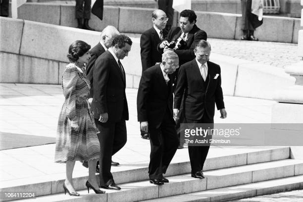 Egyptian President Hosni Mubarak and his wife Suzanne attend the welcome ceremony with Emperor Hirohito at the Akasaka State Guest House on April 6,...
