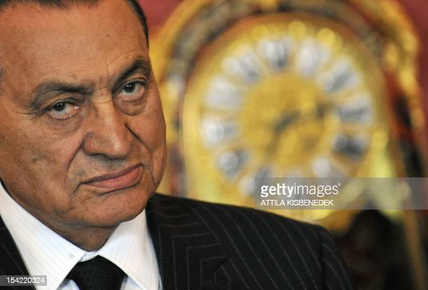 Egyptian President Hosni Mubarak gives a statement for the press with his Hungarian counterpart Laszlo Solyom in the Maria Theresia Hall of the...
