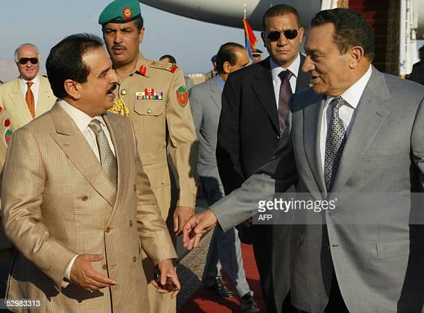 Egyptian President Hosni Mubarak receives Bahrain's King Hamad Bin Issa alKhalifa at Sharm elSheikh airport in the Red Sea resort 26 May 2005...