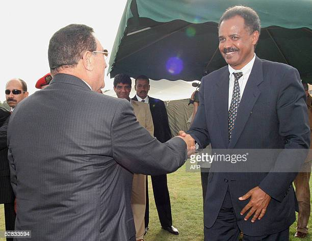 Egyptian President Hosni Mubarak shakes hands with Eritrea's President Afwerki Isaias in Tripoli as Libya hosts 16 May 2005 a twoday summit of...