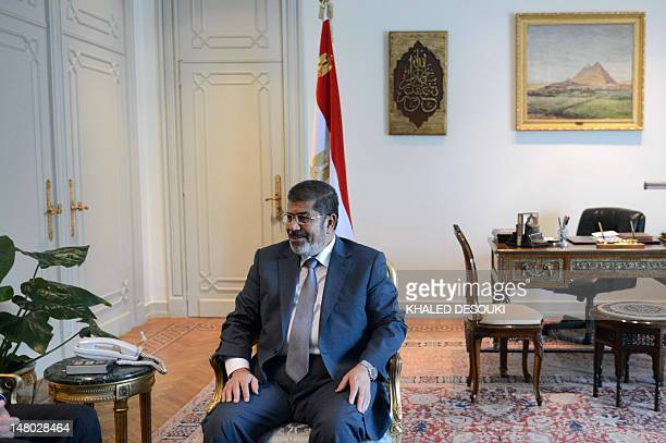 Egyptian President Mohamed Morsi meets with US deputy secretary of State William Burns in Cairo on July 8, 2012. AFP PHOTO/KHALED DESOUKI