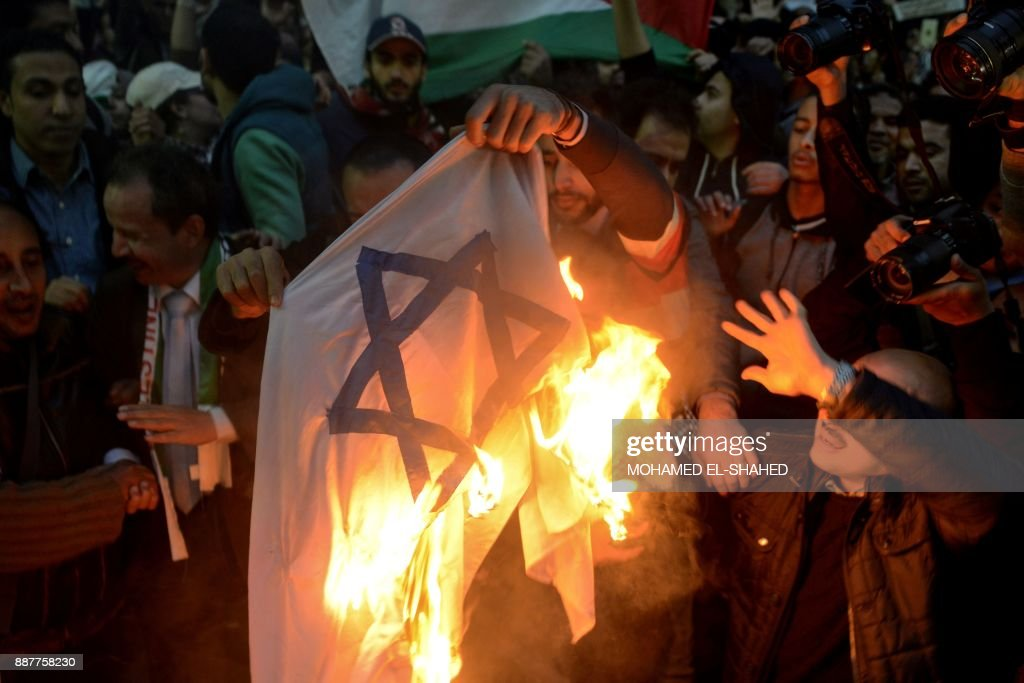 Egyptian protesters burn an Israeli flag during a demonstration against the US president's recognition of Jerusalem as Israel's capital, on December 7, 2017, outside the Syndicate of Journalists Cairo's downtown district. /