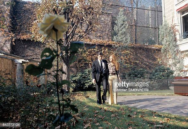 "Egyptian-born Italian singer Dalida and French actor Alain Delon stroll a courtyard during the music video shoot for their duet ""Paroles......"