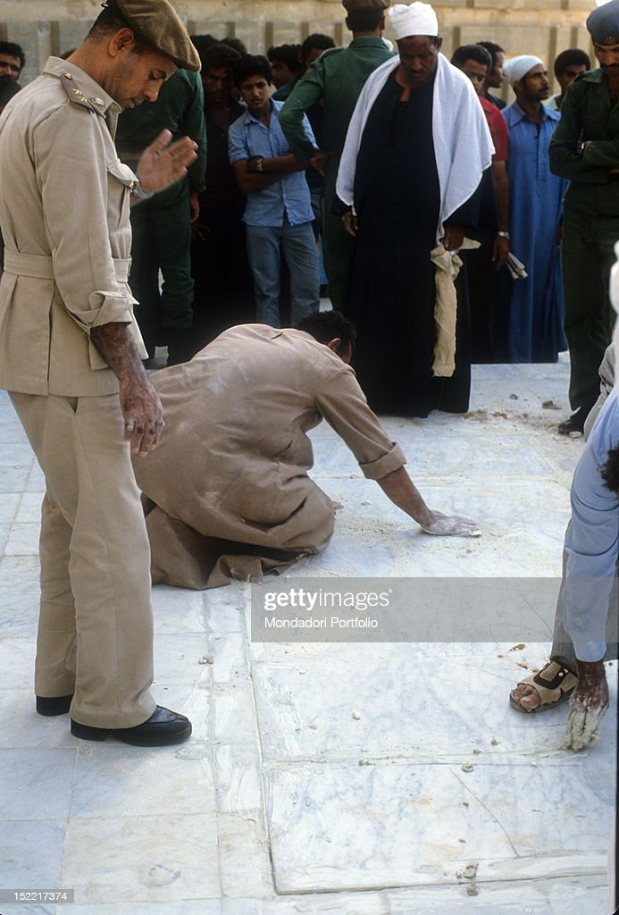 Egyptians workers and soldiers cement the grave of Sadat : News Photo