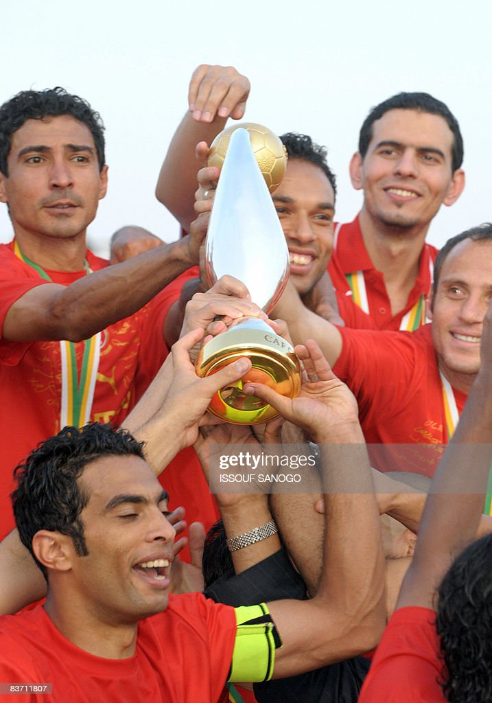 Egypt's Al-Ahly players hold the African : News Photo
