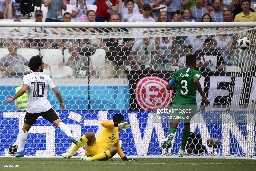 TOPSHOT - Egypt's forward Mohamed Salah (L) watches as he misses a shot past Saudi Arabia's goalkeeper Yasser Al Mosailem (C) and defender Osama Hawsawi during the Russia 2018 World Cup Group A football match between Saudi Arabia and Egypt at the Volgograd Arena in Volgograd on June 25, 2018. (Photo by NICOLAS ASFOURI / AFP) / RESTRICTED