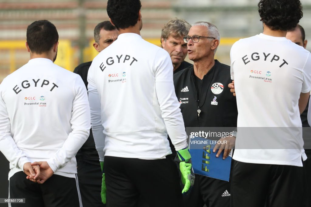 Egypt's head coach Hector Cuper speaks to Egyptian national football players during a training session on June 5, 2018, in Brussels on the eve of the International friendly football match between Egypt and Belgium prior to the Russia World Cup 2018. (Photo by VIRGINIE LEFOUR / BELGA / AFP) / Belgium OUT