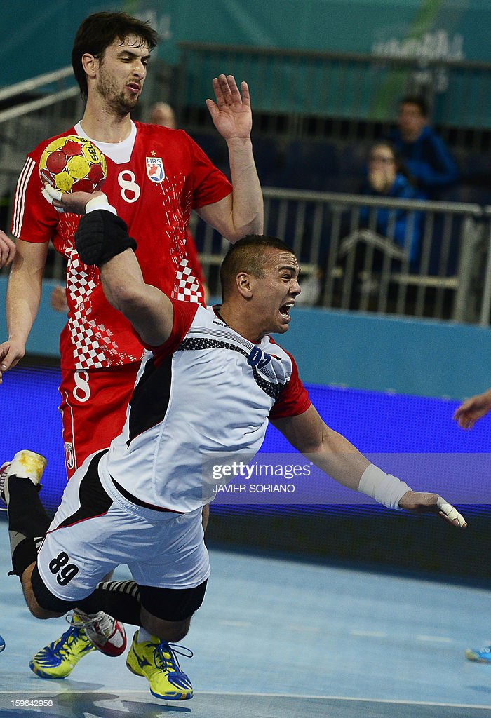 Egypt's pivot Mohamed Mamdouh (R) shoots past Croatia's right back Marko Kopljar (L) during the 23rd Men's Handball World Championships preliminary round Group D match Croatia vs Egypt at the Caja Magica in Madrid on January 17, 2013.