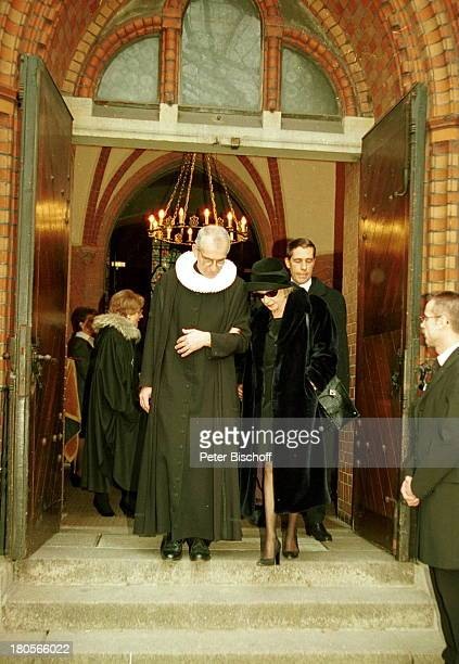 Ehefrau Dagmar Berghoff Pastor HelgeAdolfsen Sohnvon Dr Peter Matthaes aus 1 Ehe Trauerfeier Dr Peter MatthaesHamburgHarvestehude Kirche am...