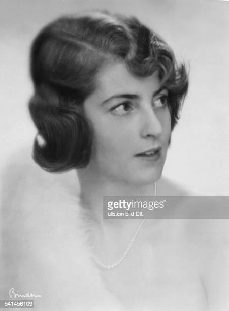 Ehefrau des Industriellen Fritz AschingerPorträt mit Perlenkette 1931Aufnahme Atelier Binder