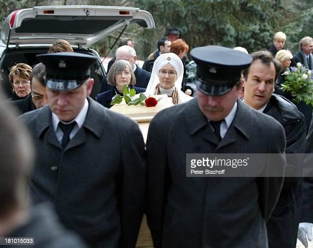 Ehefrau Myriam Bru , Tochter Beatrice, Witwe, Trauergäste, Beerdigung, Trauerfeier für Horst Buchholz, Waldfriedhof, Berlin, Deutschland, Europa, ,
