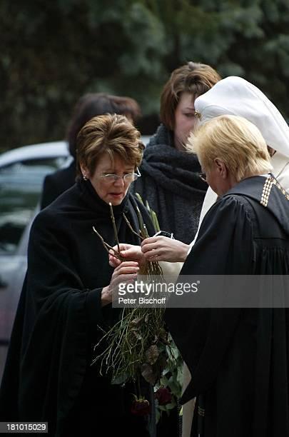 Ehefrau Myriam Bru Witwe Trauergäste Beerdigung Trauerfeier für Horst Buchholz Waldfriedhof Berlin Deutschland Europa