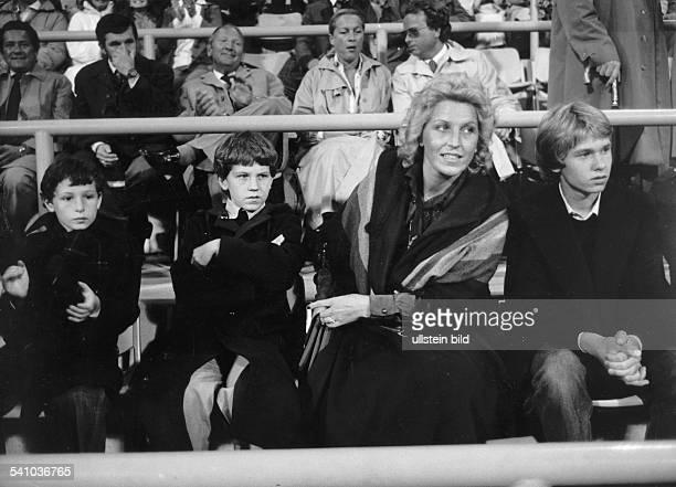 Ehefrau von Franz Beckenbauer mit ihren Söhnen Thomas Michaelund Stefan im Stadion 00001978