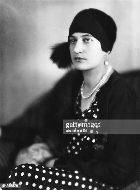 Ehefrau von Staatssekretär Werner von RheinbabenPorträt mit PerlenketteAufnahme Karl Schenkerveröffentlicht Dame 6/1928