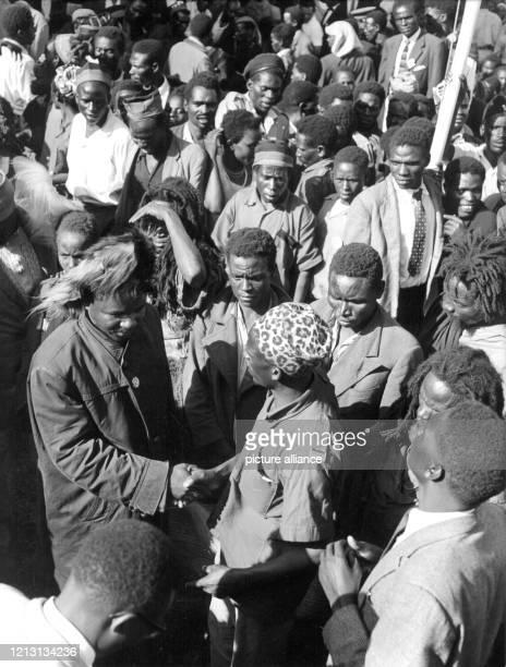 Ehemalige MauMau Führer begrüßen sich im Stadion Kenias Ministerpräsident Jomo Kenyatta rief während einer Rede am 16 Dezember 1963 vor einer...