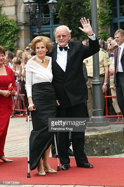 Ehemaliger Bundespräsident Roman Herzog Mit Seiner Ehefrau Alexandra Freifrau Von Berliching Bei Der Ankunft Zur Premiere Der Bayreuther Festspiele...