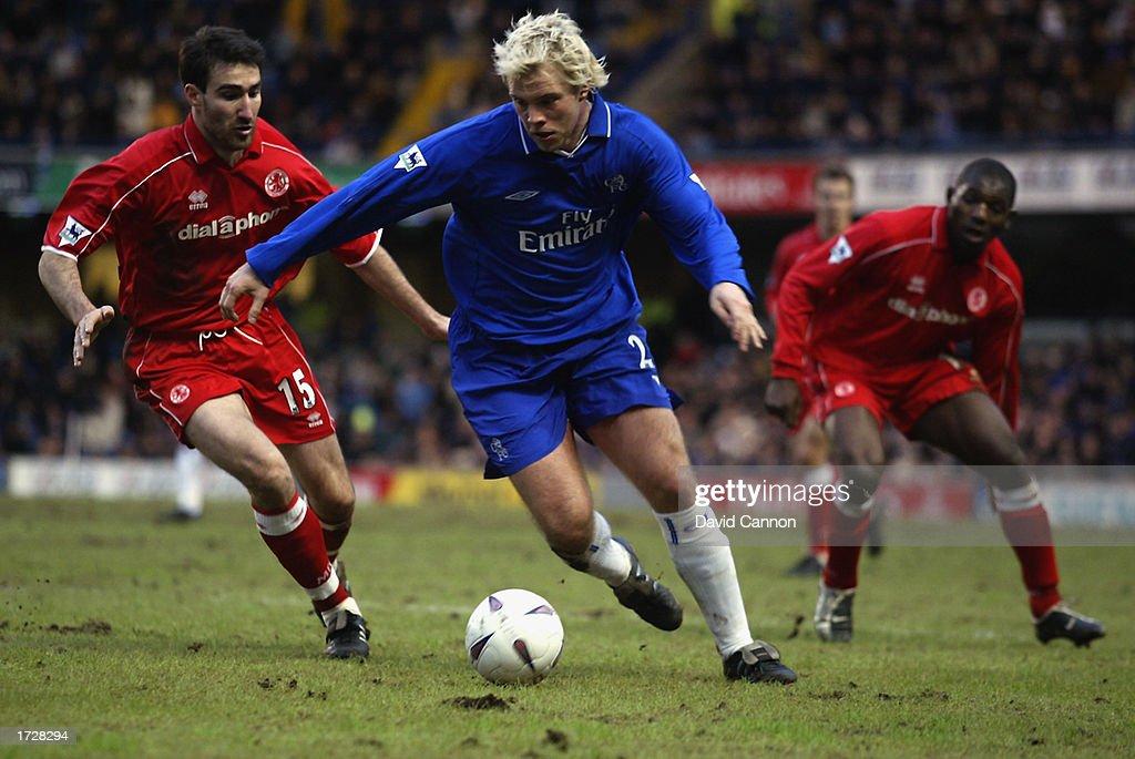 Eidur Gudjohnsen of Chelsea skips past Tony Vidmar of Middlesbrough : News Photo