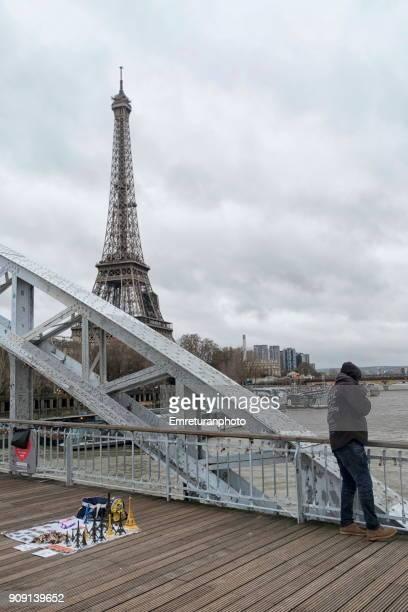 eiffel souvenirs on debilly footbridge and eiffel tower at the background,paris. - emreturanphoto imagens e fotografias de stock