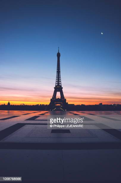 eiffel tower against sunrise from the trocadero - monument stock pictures, royalty-free photos & images