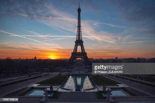 eiffel tower against sunrise from the trocadero - トロカデロ地区 ストックフォトと画像