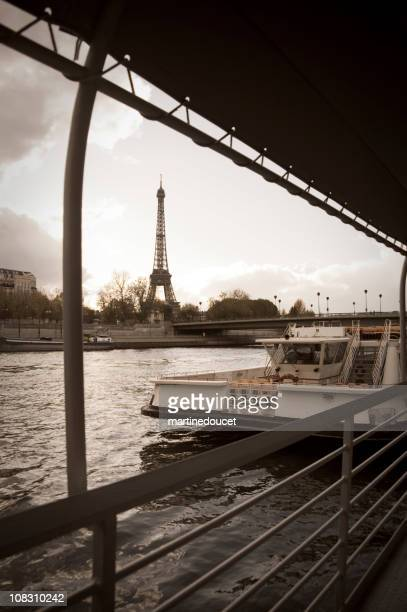 """eiffel tower and bateaux-mouches - """"martine doucet"""" or martinedoucet stockfoto's en -beelden"""