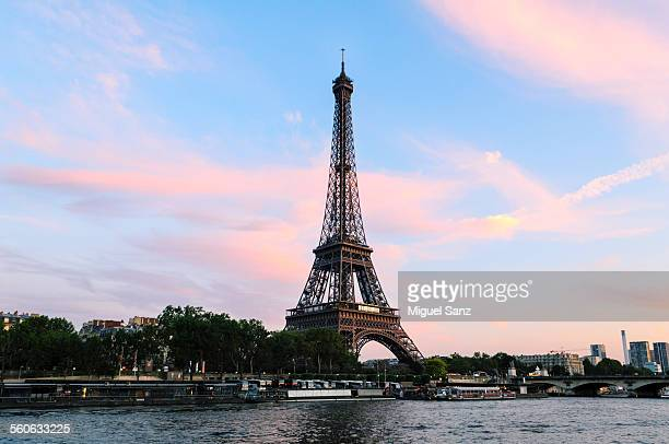 eiffel tower and cruise ship on the seine river - paquebot france photos et images de collection