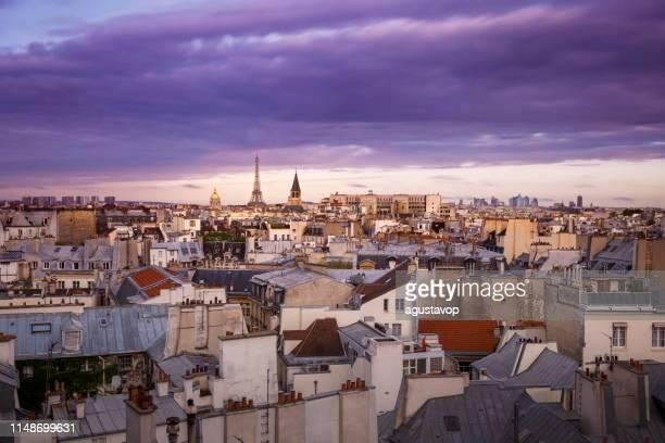夜明けにエッフェル塔とフランスの屋根の建築-パリ、フランス - カルチェデザンヴァリッド ストックフォトと画像