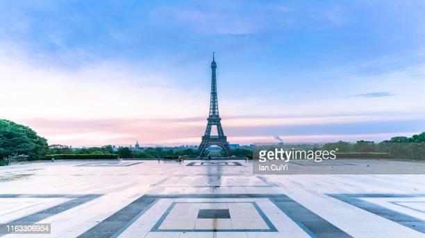 eiffel tower and paris city in the morning, paris, france - île de france stock-fotos und bilder