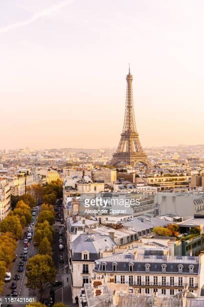 eiffel tower and paris skyline at sunset, france - hoofdstad stockfoto's en -beelden