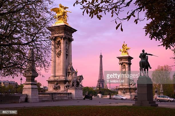 eiffel tower and pont alexandre 111 at sunrise - pont alexandre iii photos et images de collection