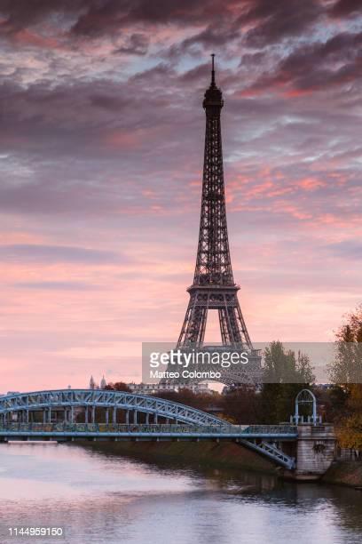 eiffel tower and river seine at dawn, paris, france - torre eiffel fotografías e imágenes de stock